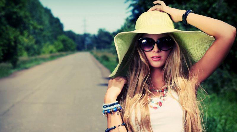 Девушка летом стоит на дороге