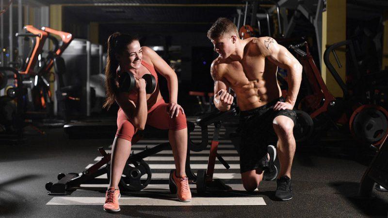 Парень и девушка в спортзале