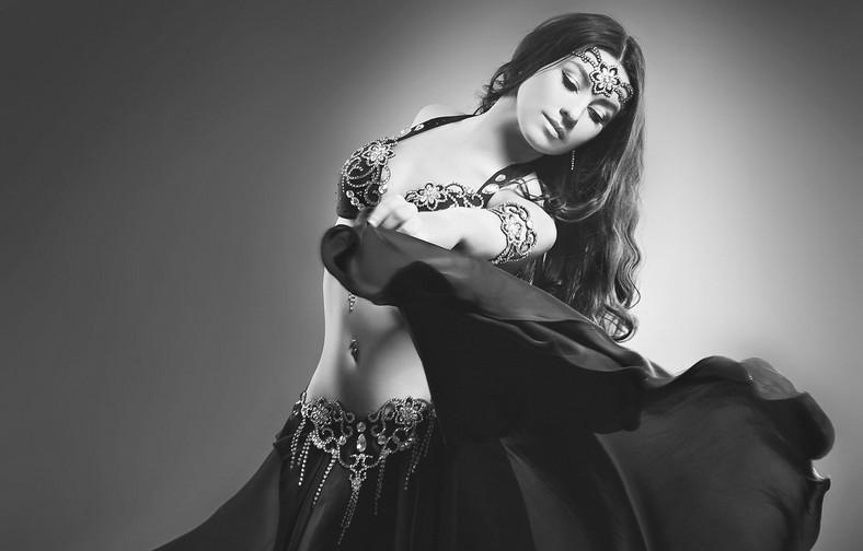 Танцует танец живота