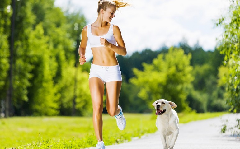 Девушка совершает пробежку с собакой