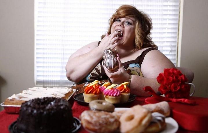 Девушка ест сладости