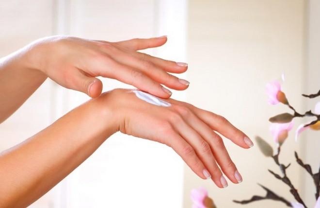 Нанесение крема на кожу рук