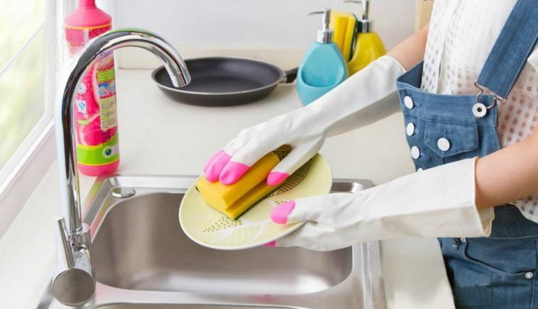 мытье посуды в перчатках