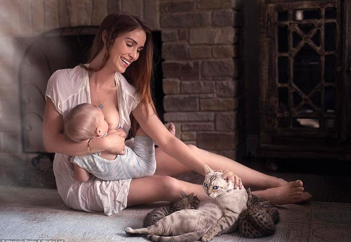 женщина кормит грудью
