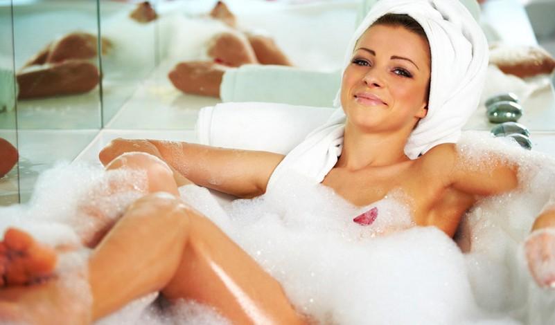 Девушка купается в ванне