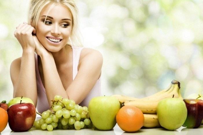 Девушка кушает фрукты