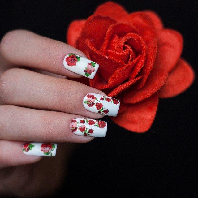 Белые ногти с красными цветами разных размеров
