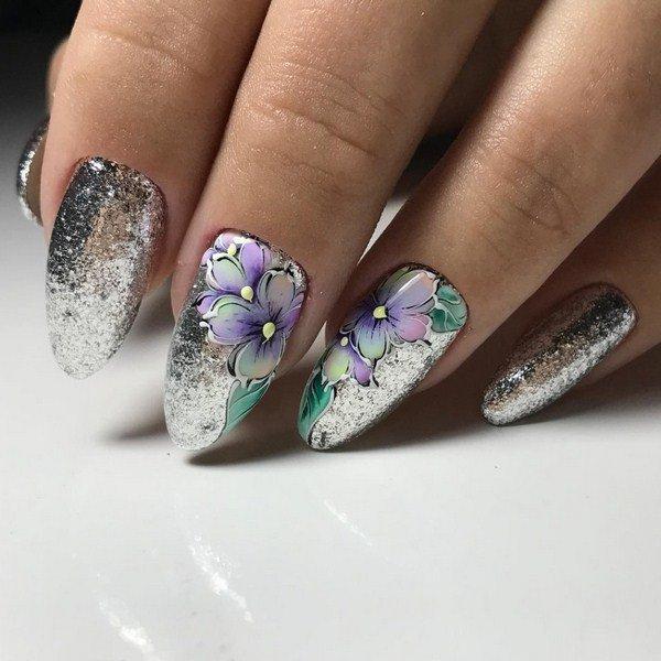 Блестки в маникюре с нежными цветами на двух ногтях