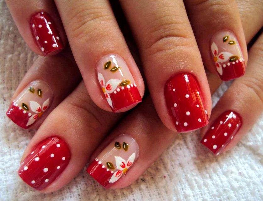 Дизайн ногтей с красным лаком и белыми цветами