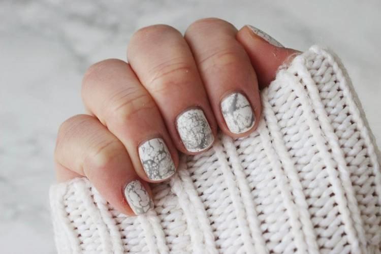 Интересный дизайн на коротких ногтях в виде белого мрамора
