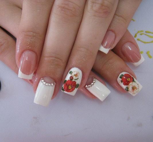 Летний дизайн ногтей с красными и белыми цветами