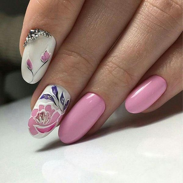 Летний маникюр с розовым пионом