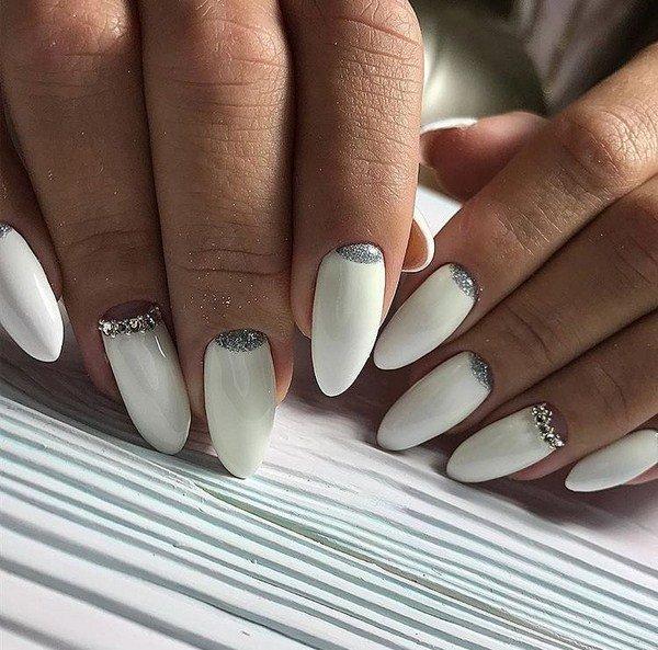 Маникюр на ногтях миндальной формы в белом цвете