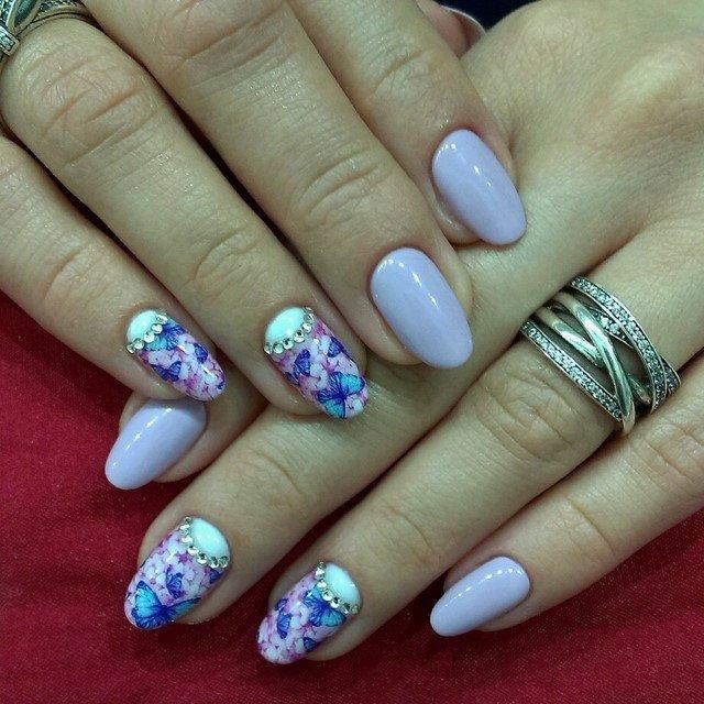 Маникюр на овальных ногтях с синими бабочками