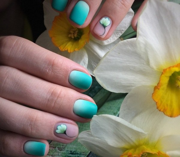 Матовый маникюр с двумя цветами на коротких ногтях