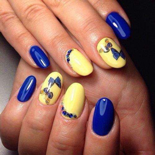 Миниатюрные синие бабочки на ногтях