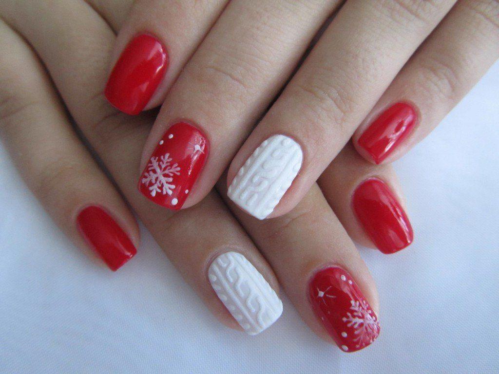 Новогодний маникюр с точками и белыми снежинками