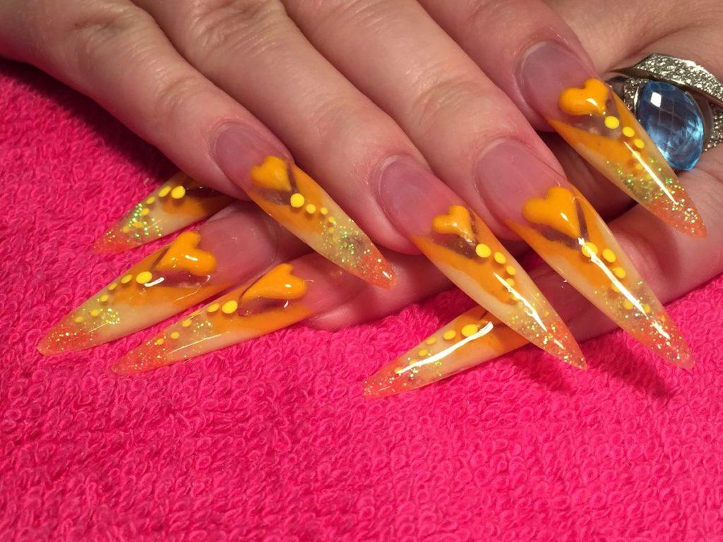 Оранжевый маникюр с серечками