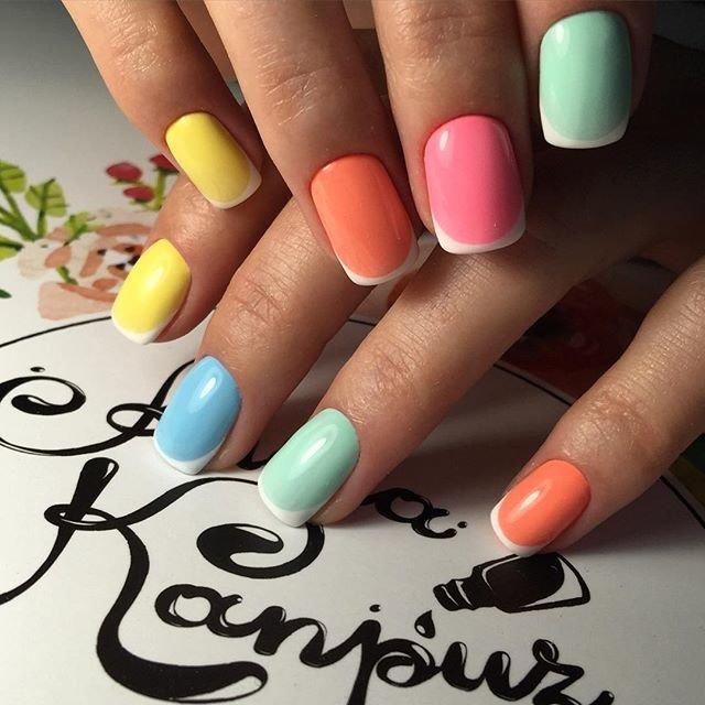 Разноцветный французский маникюр с белыми кантами