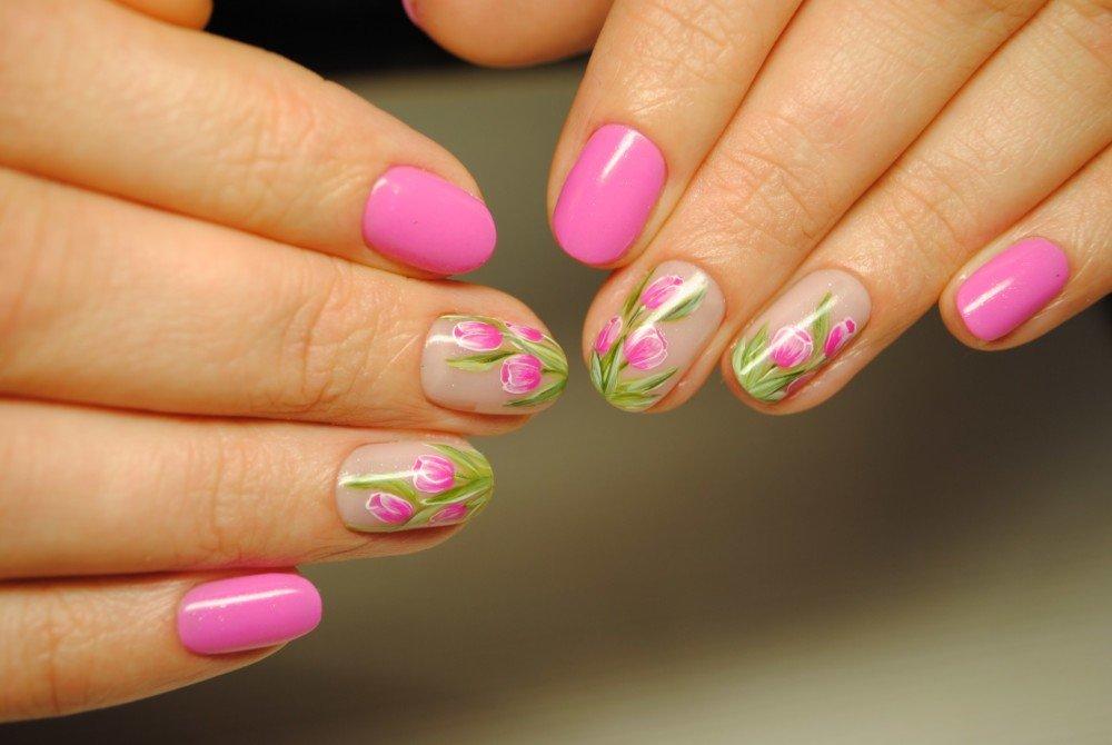 Рисунок розовых тюльпанов на ногтях