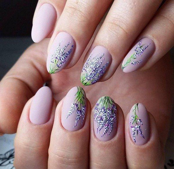 Рисунок цветков лаванды на ногтях
