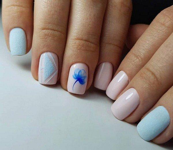 Розово-голубой маникюр с синим полупрозрачным цветком