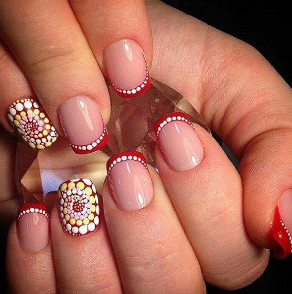 Точечная роспись ногтей в белом, розовом и желтом цветах