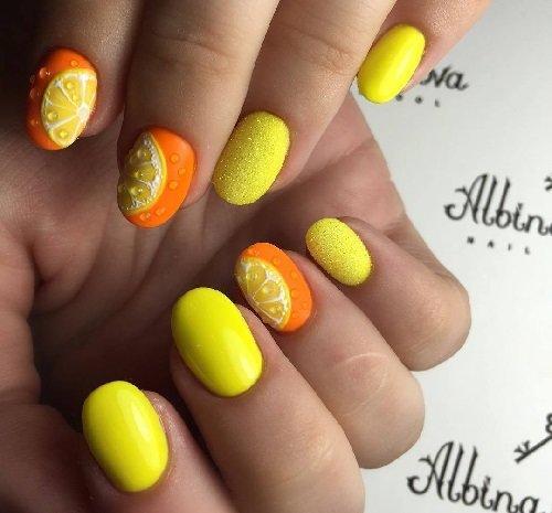 Цитрусовый сочный рисунок на коротких овальных ногтях