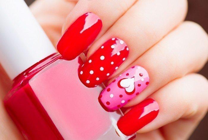 Яркий маникюр с розовым акцентом на одном ногте