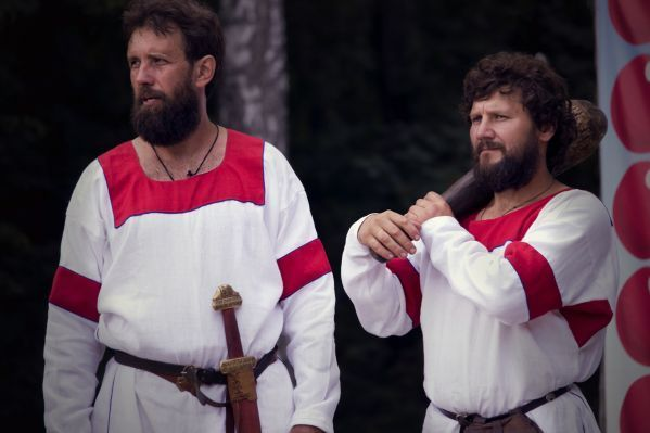 русских народных костюмах