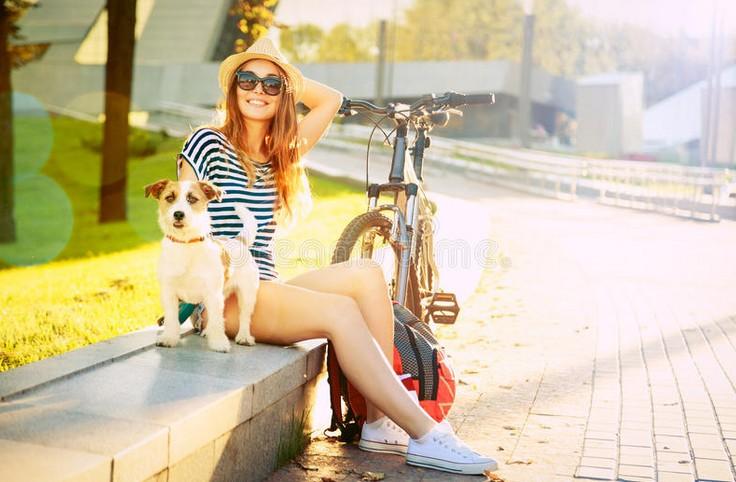 девушка в городе летом
