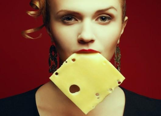 Девушка с сыром во рту