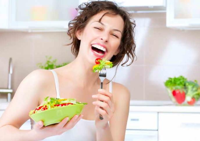 Девушка кушает салат