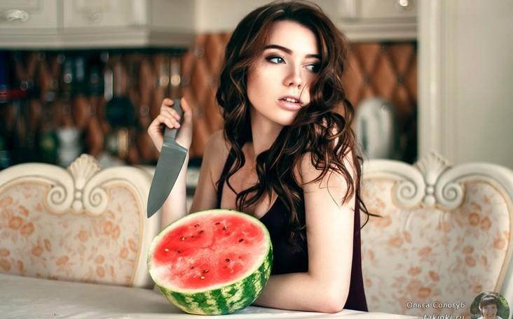 Девушка кушает арбуз