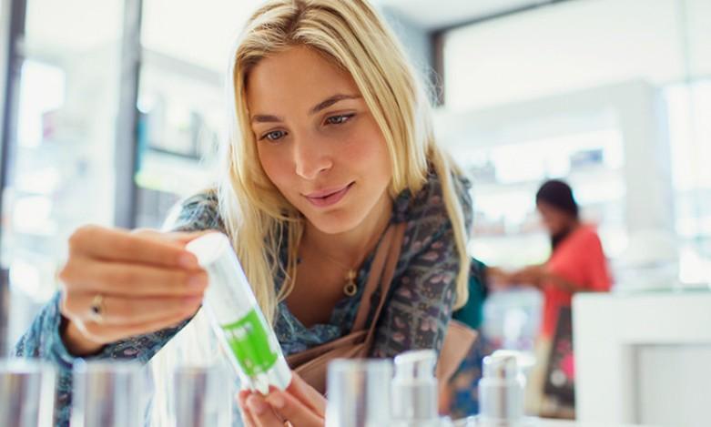 Девушка в магазине косметике
