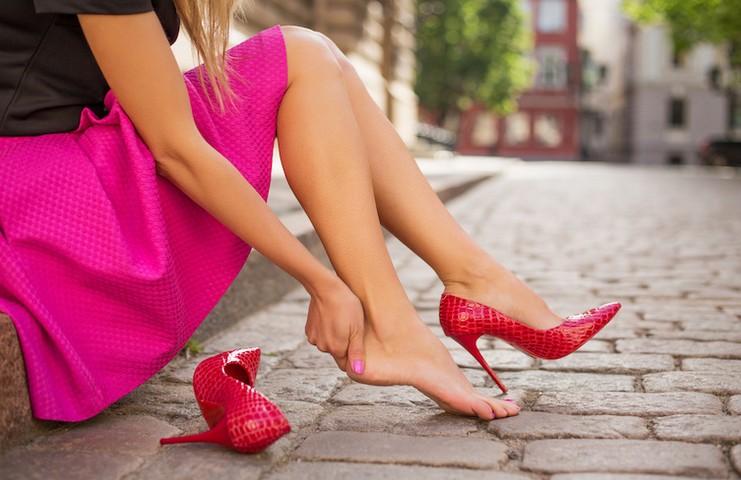 Девушка натерла ногу