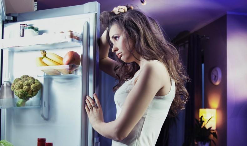 Девушка испытывает чувство голода