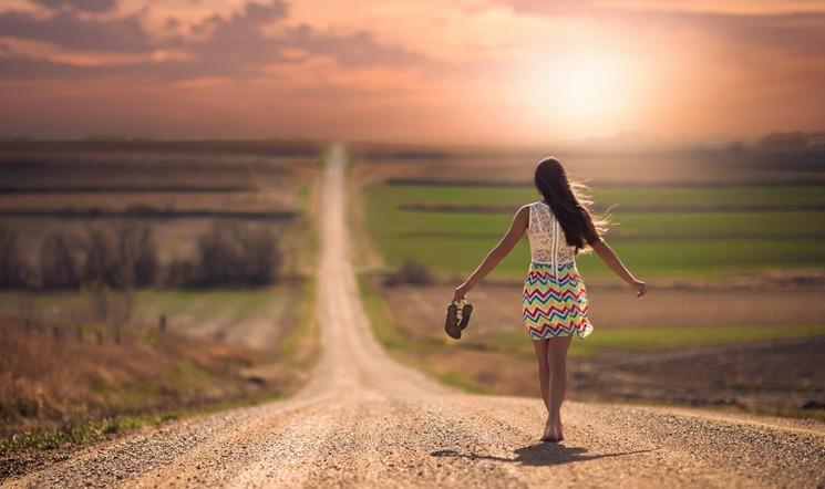 Девушка идет по дороге