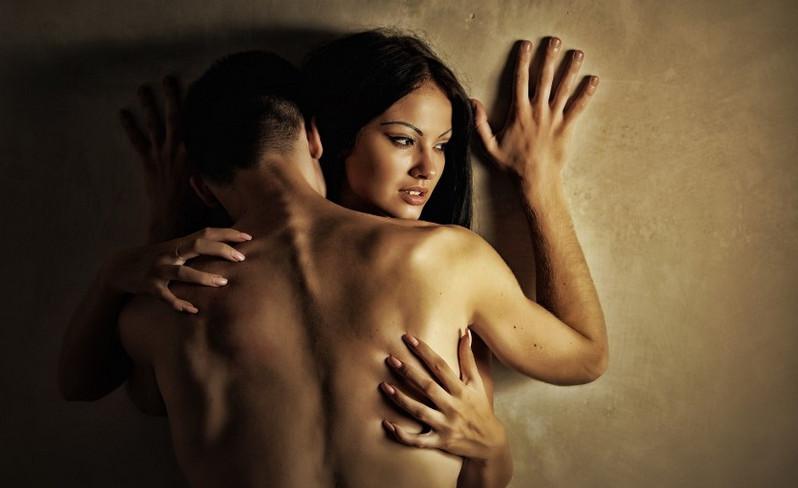 Парень и девушка занимаются сексом