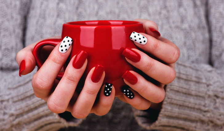 Шеллак — гибрид лака и геля для наращивания ногтей.