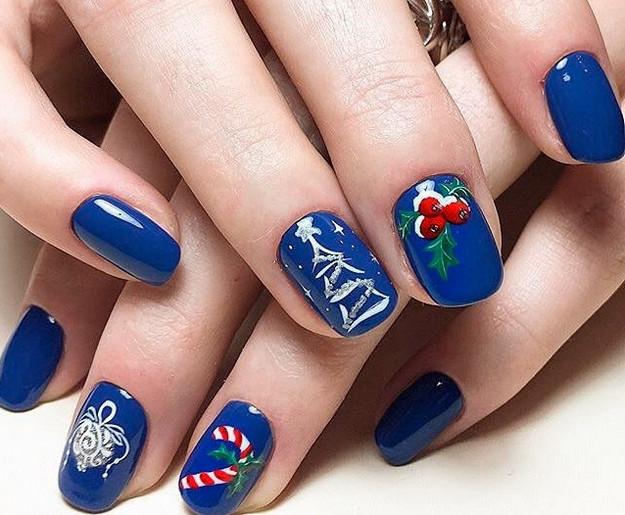 Синий новогодний маникюр с дизайном: ёлочное украшение, леденец, ель.