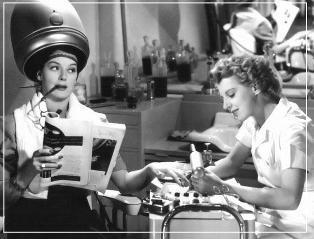 Девушка делает маникюр в салоне красоты