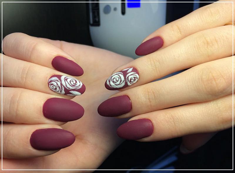 Бордовый матовый маникюр с сахарными розами