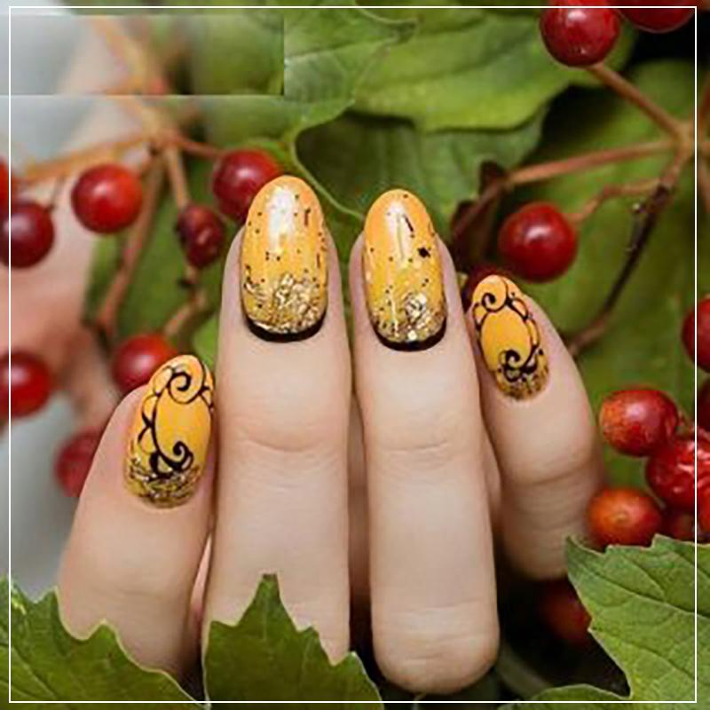 Горчичный дизайн ногтей со стразами