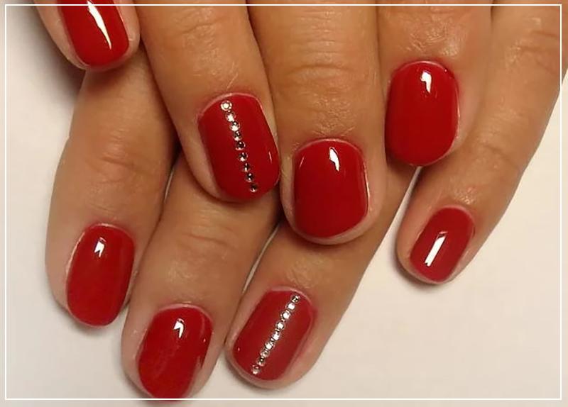 Короткие красные ногти со стразами