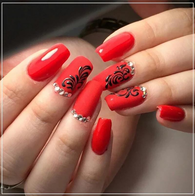 Красный маникюр с вензелями и стразами на квадратные ногти