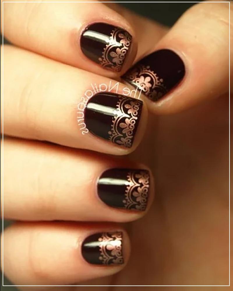 Темный маникюр с золотым ажурным узором на короткие ногти