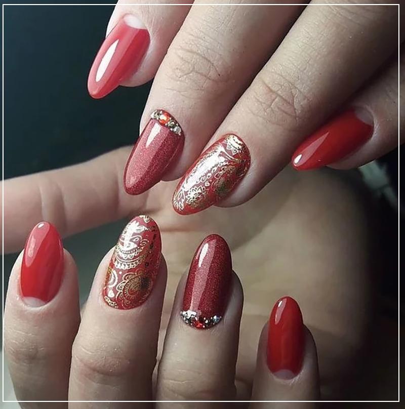 Торжественный красный дизайн ногтей