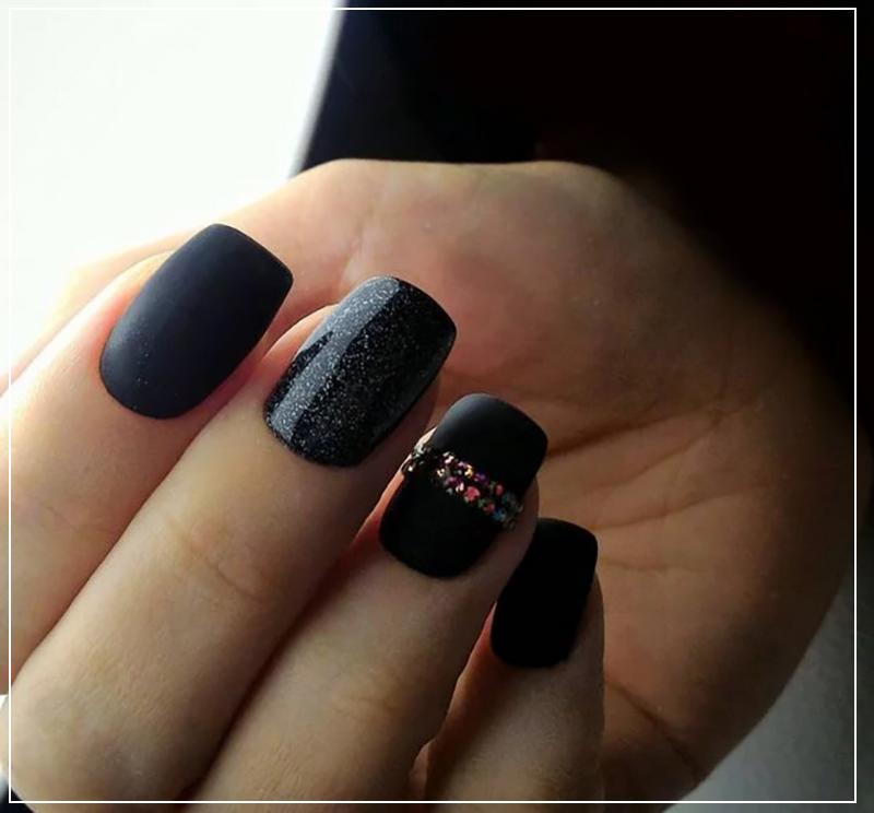 Черный маникюр матовый со стразами на безымянном пальце в виде кольца