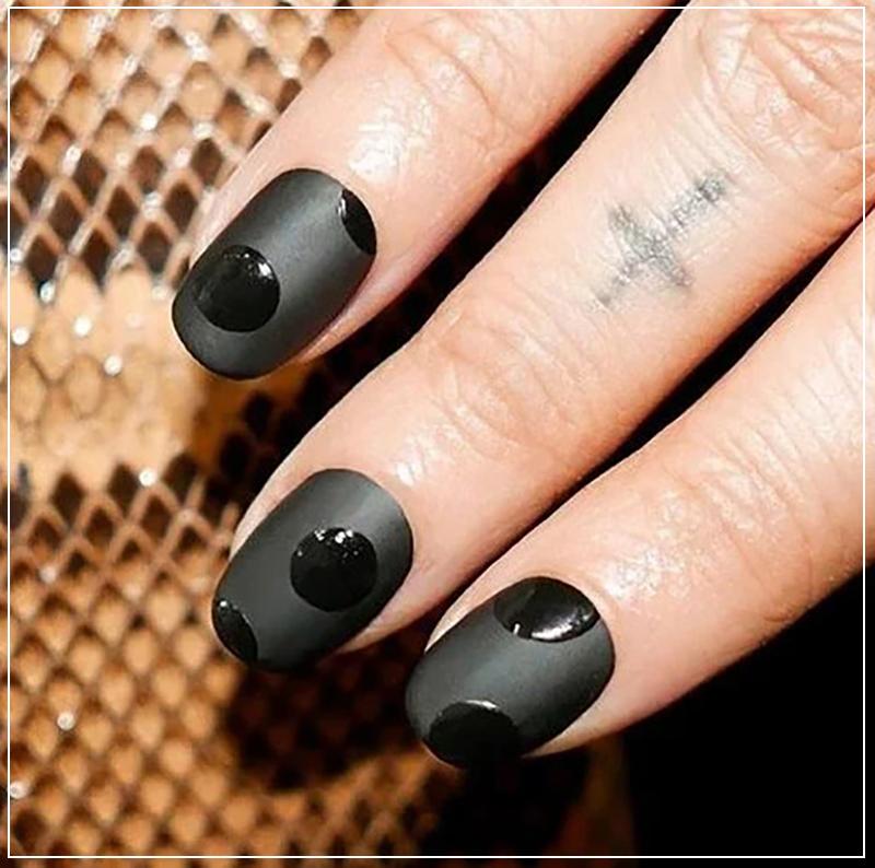 Черный маникюр матовый, с глянцевыми горошинами